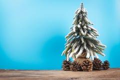 Fondo de la Navidad o del Año Nuevo con el árbol de pino del decorati de Navidad Fotografía de archivo