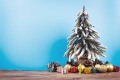 Fondo de la Navidad o del Año Nuevo con el árbol de pino del decorati de Navidad Foto de archivo libre de regalías