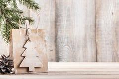 Fondo de la Navidad o del Año Nuevo con el bolso del regalo Imagen de archivo