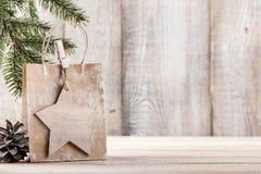 Fondo de la Navidad o del Año Nuevo con el bolso del regalo Fotografía de archivo