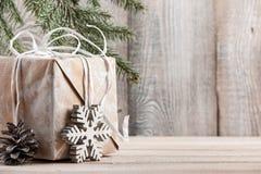 Fondo de la Navidad o del Año Nuevo con la caja de regalo, espacio de la copia Fotos de archivo