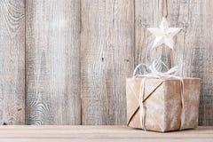 Fondo de la Navidad o del Año Nuevo con la caja y la estrella de regalo Foto de archivo libre de regalías