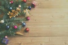Fondo de la Navidad o del Año Nuevo con las ramas de árbol de abeto y las decoraciones multicoloras de la variedad en la tabla de Fotos de archivo