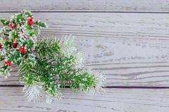 Fondo de la Navidad o del Año Nuevo: el piel-árbol, ramas, coloreó las bolas de cristal y los juguetes, regalos, decoración en un Imagen de archivo