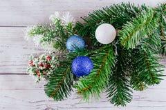 Fondo de la Navidad o del Año Nuevo: el piel-árbol, ramas, coloreó las bolas de cristal y los juguetes, regalos, decoración en un Foto de archivo
