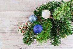 Fondo de la Navidad o del Año Nuevo: el piel-árbol, ramas, coloreó las bolas de cristal y los juguetes, regalos, decoración en un Imagenes de archivo