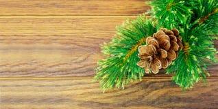 Fondo de la Navidad o del Año Nuevo: el piel-árbol, ramas, coloreó las bolas de cristal y los juguetes, regalos, decoración en un Fotos de archivo