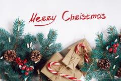 Fondo de la Navidad o del Año Nuevo: piel-árbol, ramas, regalos, decoración en un fondo blanco Imágenes de archivo libres de regalías