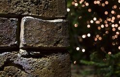 Fondo de la Navidad de la pared de ladrillo con brillar intensamente de las luces Fotografía de archivo