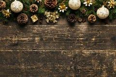 Fondo de la Navidad, ramas de árbol de abeto con los conos del pino, chucherías de Navidad y decoraciones en el fondo de madera,  Foto de archivo