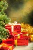 Fondo de la Navidad - regalos y árbol Imagen de archivo libre de regalías