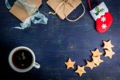 Fondo de la Navidad: tabla de madera con las decoraciones fotografía de archivo libre de regalías