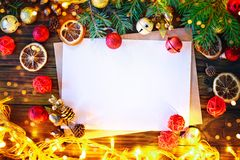 Fondo de la Navidad, una tabla adornada con las ramas de la guirnalda y del abeto de la Navidad con Año Nuevo y la Navidad Fotos de archivo