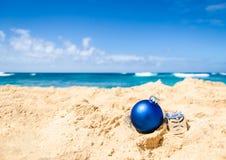 Fondo de la Navidad y de la Feliz Año Nuevo en la playa tropical Foto de archivo