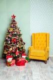 Fondo de la Navidad y del Año Nuevo Árbol del Año Nuevo adornado Imágenes de archivo libres de regalías