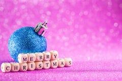 Fondo de la Navidad y del Año Nuevo Bola azul de la Navidad en H rosado Imagenes de archivo