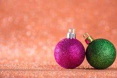 Fondo de la Navidad y del Año Nuevo Bola brillante de la Navidad en H rojo Fotos de archivo