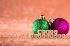 Fondo de la Navidad y del Año Nuevo Bola brillante de la Navidad en H rojo Imágenes de archivo libres de regalías