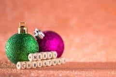 Fondo de la Navidad y del Año Nuevo Bola brillante de la Navidad en H rojo Fotos de archivo libres de regalías