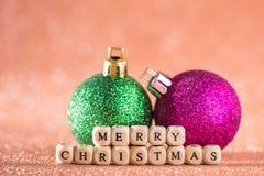 Fondo de la Navidad y del Año Nuevo Bola brillante de la Navidad en H rojo Fotografía de archivo libre de regalías