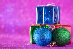 Fondo de la Navidad y del Año Nuevo Bola de la Navidad y caja de regalo o Imagenes de archivo