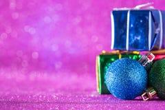 Fondo de la Navidad y del Año Nuevo Bola de la Navidad y caja de regalo o Fotos de archivo libres de regalías