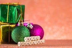 Fondo de la Navidad y del Año Nuevo Bola de la Navidad y caja de regalo o Fotografía de archivo