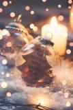 Fondo de la Navidad y del Año Nuevo - la bola de cristal con el ` de la cita una sonrisa es el ligh más bonito de la cosa que ust Fotografía de archivo