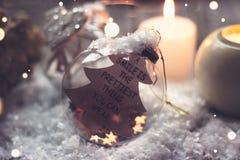 Fondo de la Navidad y del Año Nuevo - la bola de cristal con el ` de la cita una sonrisa es el ligh más bonito de la cosa que ust Foto de archivo libre de regalías