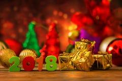 Fondo de la Navidad y del Año Nuevo con el carro de la compra miniatura w Imagen de archivo