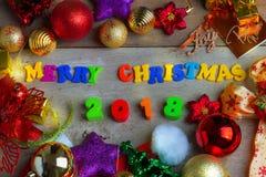 Fondo de la Navidad y del Año Nuevo con el carro de la compra miniatura w Fotos de archivo libres de regalías