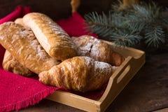 Fondo 2017 de la Navidad y del Año Nuevo con el desayuno continental - con la naranja y el cruasán del canela Decoraciones - cr d Foto de archivo libre de regalías