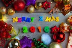 Fondo de la Navidad y del Año Nuevo con las decoraciones Foto de archivo libre de regalías
