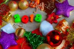 Fondo de la Navidad y del Año Nuevo con las decoraciones y el regalo Boxe Imágenes de archivo libres de regalías