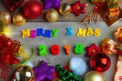 Fondo de la Navidad y del Año Nuevo con las decoraciones y el regalo Boxe Imagenes de archivo