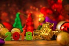 Fondo de la Navidad y del Año Nuevo con las decoraciones y el regalo Boxe Foto de archivo libre de regalías