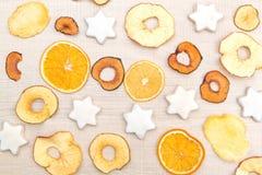 Fondo de la Navidad y del Año Nuevo con las frutas y las galletas secadas Foto de archivo