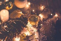 Fondo de la Navidad y del Año Nuevo - cono del pino, ornamentos, candl Fotos de archivo libres de regalías