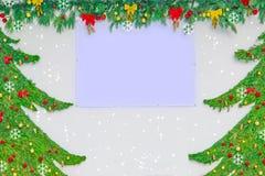Fondo de la Navidad y del Año Nuevo El abeto natural ramifica con los juguetes y las decoraciones en la pared con el lugar vacío  Foto de archivo