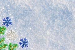 Fondo de la Navidad y del Año Nuevo Nieve natural con un tinte azul en el invierno, adornado con los copos de nieve Fotos de archivo