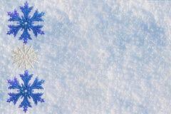 Fondo de la Navidad y del Año Nuevo Nieve natural con un tinte azul en el invierno, adornado con los copos de nieve Foto de archivo