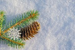 Fondo de la Navidad y del Año Nuevo Rama de la picea azul, adornada con los copos de nieve en invierno natural de la nieve Imágenes de archivo libres de regalías