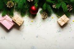 Fondo de la Navidad y del Año Nuevo Ramificación del árbol de navidad en un fondo blanco Un regalo para la familia Visión desde a Fotografía de archivo libre de regalías