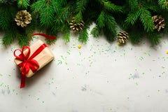 Fondo de la Navidad y del Año Nuevo Ramificación del árbol de navidad en un fondo blanco Un regalo para la familia Visión desde a Fotografía de archivo