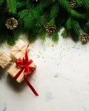 Fondo de la Navidad y del Año Nuevo Ramificación del árbol de navidad en un fondo blanco Un regalo para la familia Visión desde a Foto de archivo