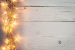 Fondo de la Navidad y guirnalda de las luces en el fondo de madera con Fotos de archivo libres de regalías