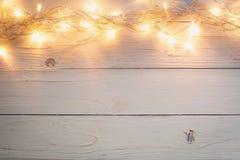 Fondo de la Navidad y guirnalda de las luces en el fondo de madera con Imágenes de archivo libres de regalías