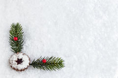 Fondo de la nieve con la galleta y la decoración de la Navidad imagenes de archivo