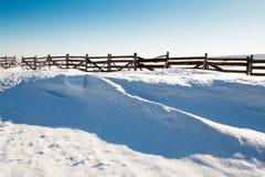 Fondo de la nieve con la onda y la nieve acumulada por la ventisca Imagenes de archivo