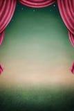 Fondo de la noche con las cortinas rojas. Imagen de archivo